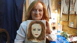 Simona Stašová s portrétem, který namalovala její maminka Jiřina Bohdalová.
