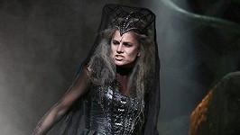 Jako čarodějnice má Leona vypadat odporně, což se daří.