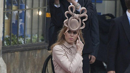 Princezna Beatrice se svým extravagantním kloboukem na královské svatbě.