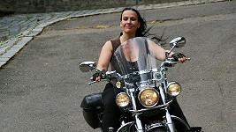 Jana Rychterová je se svou motorkou doslova srostlá.