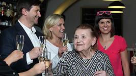 Věra Kubánková si připila s kolegy z Divadla Na Jezerce.