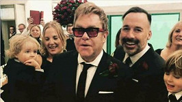 Elton John a David Furnish do toho o víkendu praštili.