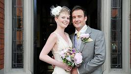 Aley Palling se snoubenkou Lisou Gant se chystají vzít ve třiceti zemích světa.