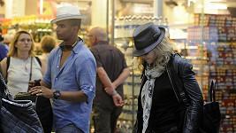 Madonna i Zaibat se snažili být na letišti v Londýně nenápadní, ale moc se jim to nedařilo.