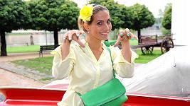 Eva Decastelo ukázala zeleně nalakované nehty.