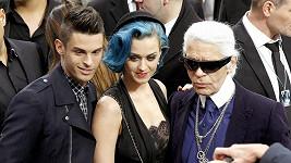 Katy Perry s modelem Baptiste Giabiconi a návrhářem Karlem Lagerfeldem.