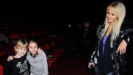 Šárka Grossová s dcerou Natálií a druhou holčičkou, která si také zazpívá v Bídnících.