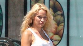 Pamela Anderson o víkendu v Malibu.