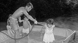Bobby se dětem věnoval: S dcerou Kathleen a synem Josephem při vodních radovánkách.