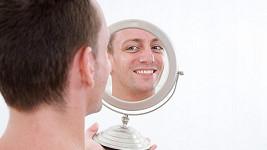Narcismus může v mládí pomáhat, v dospělosti už je spíš na škodu.
