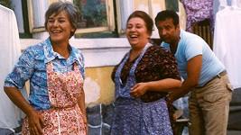 Božena Böhmová (vlevo) v seriálu Chalupáři. Na snímku se Stellou Zázvorkovou a Vladimírem Menšíkem