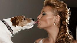 Zeťová se líbá se svým pejskem Benem.