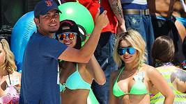 Selena v modrých plavkách a Vanessa v zelených si užívají natáčení na pláži.