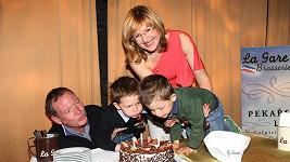 Štěpánka Duchková s manželem a dvojčaty