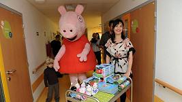 Tereza s Toníkem přivezli dětem dárky.