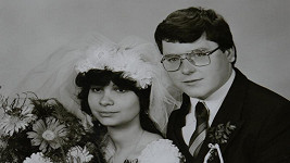 Milan Buriánek se svou paní na svatební fotografii.