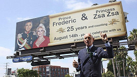 Frédéric Prinz von Anhalt ukazuje na billboard k oslavám 25. výročí svatby s herečkou Zsa Zsa Gabor.