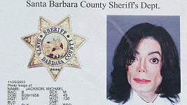 Michael Jackson byl stíhán kvůli obvinění ze sexuálního zneužívání.