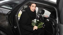 Bond Girl Tonia Sotiropoulou přiletěla z Londýna do Prahy.