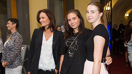 Klára Doležalová s dcerami Nataliou a Miou (vpravo)