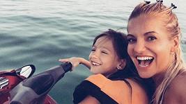Po měsíci na Bali si Dara a Laura užívají slunce v Emirátech.