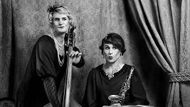 Žena napravo je slavný český herec. Vlevo je její (jeho) bratr. Poznáte je?