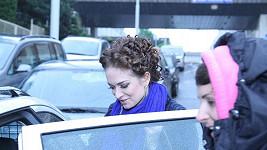 Nalíčená a načesaná Kristína odjíždí ze Strahova do nemocnice.