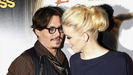 Mezi Johnny Deppem a Amber Heard to prý jiskří.