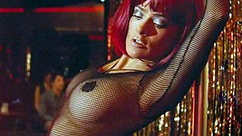 Salma Hayek jako striptérka ve filmu Americano.
