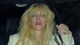 Courtney Love se vrací z nočního tahu.