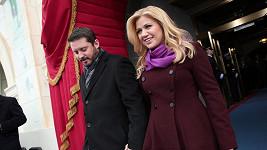 Kelly Clarkson si vzala Brandona Blackstocka a převzala jeho příjmení.