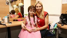 Charlottka ve své šatně s maminkou Ivanou.
