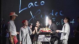Muzikálový zpěvák dostal od kolegů narozeninový dort na závěr koncertu přímo na pódiu