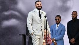 Drake vzal na pódium syna Adonise.