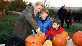 Martina se svými syny tvořila svícny z dýní.