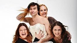 Zdeněk Podhůrský se ve stvabních šatech vyfotil s ženami z Dámského klubu.