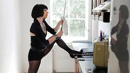 Tatiana v roli Claudie ukazuje nejen skvělou postavu, ale i zálibu v ostrých zbraních.