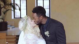 Zpěvačka Dannie si vzala černého tanečníka Alberta.