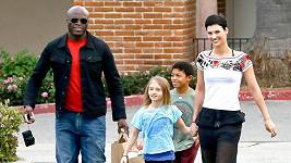 Sealova domnělá nová přítelkyně s jeho dětmi Leni a Henrym.