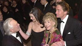 Kirk Douglas (vlevo dole) by byl rád, kdyby se jeho syn udobřil s manželkou Catherine Zeta-Jones.