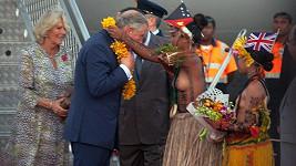 Princ Charles i jeho manželka Camilla dostali girlandy od odhalené ženštiny.