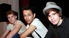 Tito tři hezouni svým zpěvem útočí na srdce mladých fanynek. Líbí se vám?