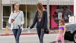 Alessandra (vlevo) s dcerou a sestrou Aline mají namířeno do posilovny.