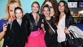 Na premiéru dívčího filmu se herečky stylově oblékly.
