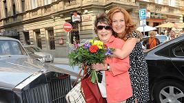 Jiřina se svou dcerou Simonou Stašovou, od které dostala projížďku luxusním vozem Rolls Royce.