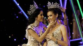Loňská vítězka Sirapasson Atthayakor (vlevo) předává korunku nové Miss Panvilas Mongkol.