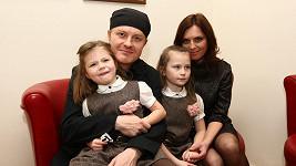 Pavel Šporcl s partnerkou Bárou Kodetovou a dcerami Violetou a Sofií
