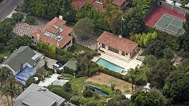 Dům s rozlehlým pozemnek Halle Berry, kde došlo k bitce.