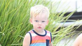 Chlapeček je synem jedné známé americké herečky a zpěvačky.