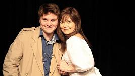 Jarmila Švehlová napasala divadelní hru Zrcadla. Hraje s ní její syn Robert Hájek, kterého znáte z hlavní role seriálu Četníci z Luhačovic.